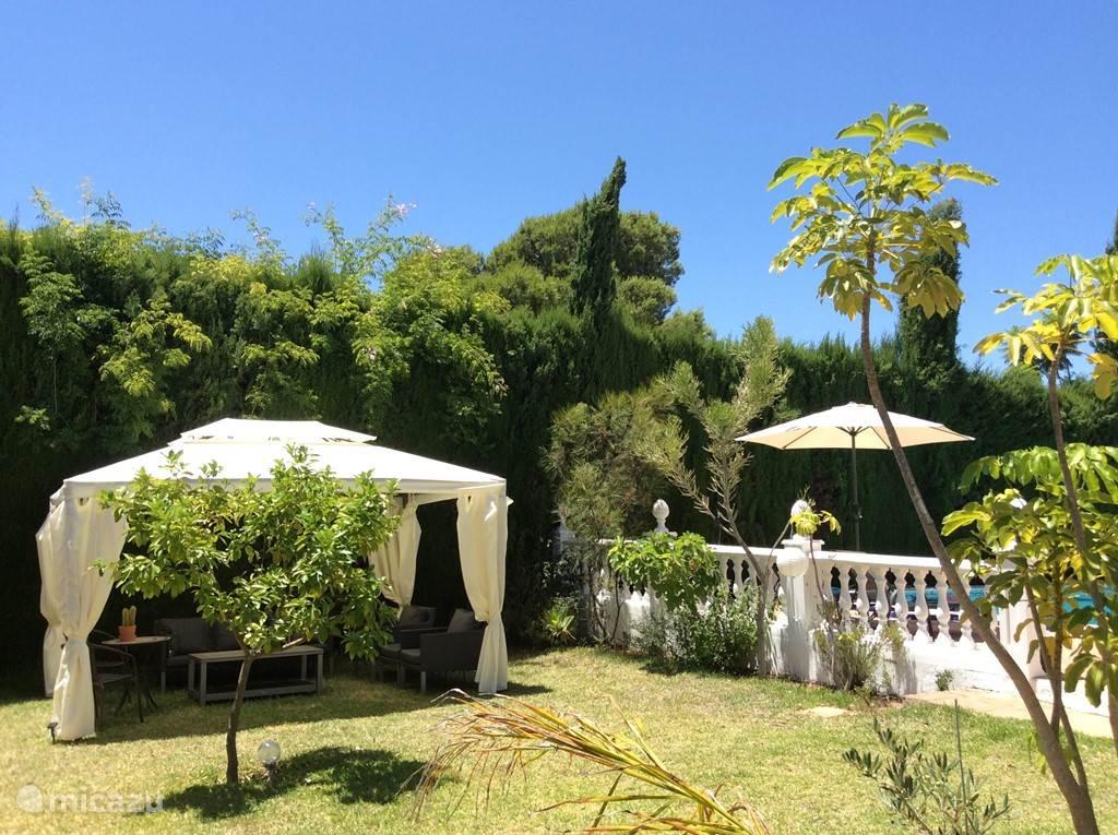 De tuin heeft diverse zitjes waardoor er voor iedereen voldoende ruimte is om in alle rust te ontspannen.