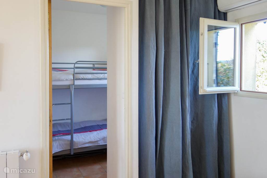 Slaapkamer met veilig stapelbed.