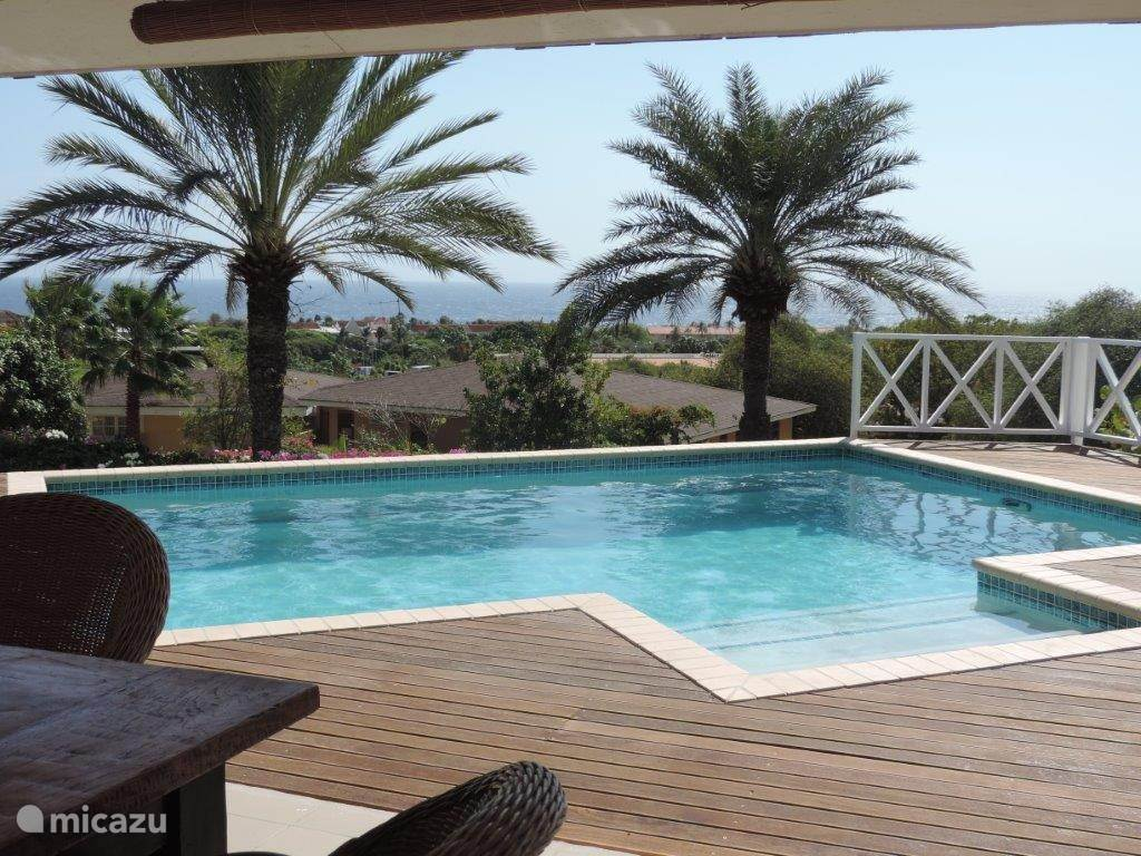 uitzicht vanaf de porch en zwembad over zee