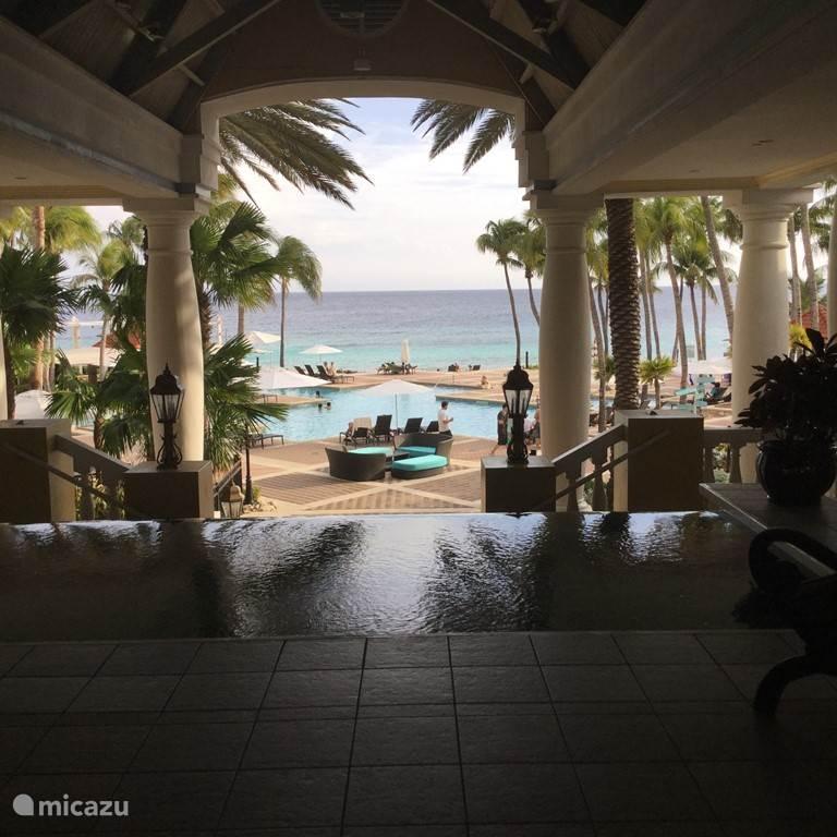 Het zwembad van het Mariott hotel, wat direct taan het strand is gelegen. Ook 5 minuten lopen vanaf ons resort.