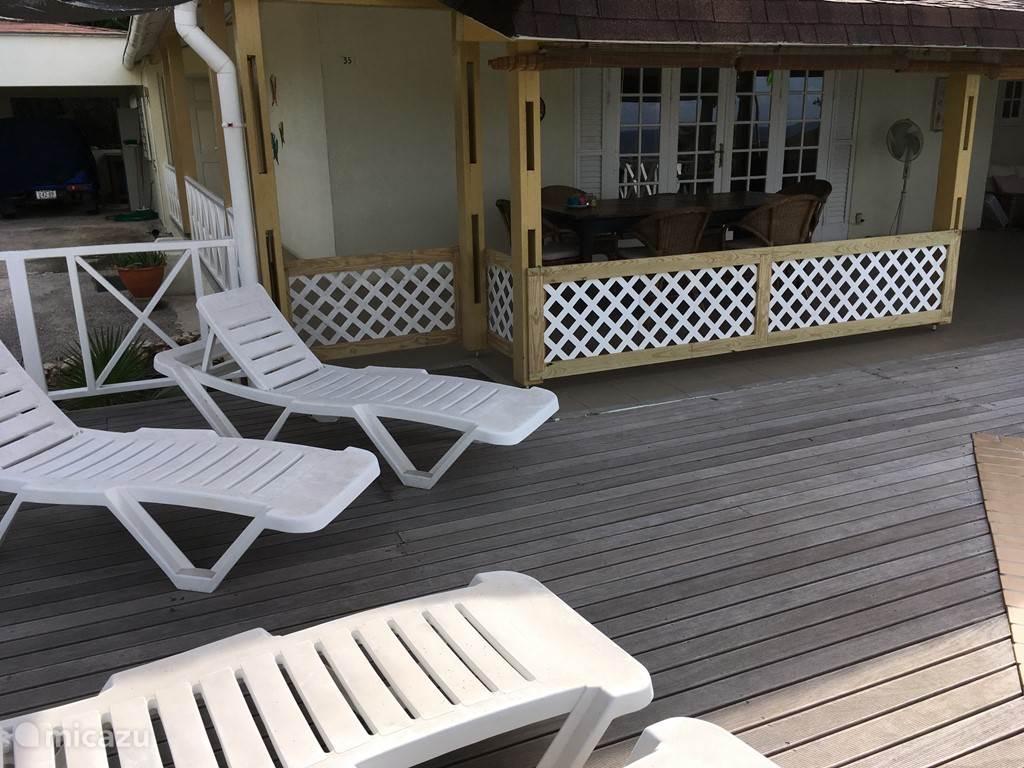 Hier is het verplaatsbare hekwerk te zien, waardoor je de porch (terras) kan afsluiten van het zwembad als er kleine kinderen zijn.