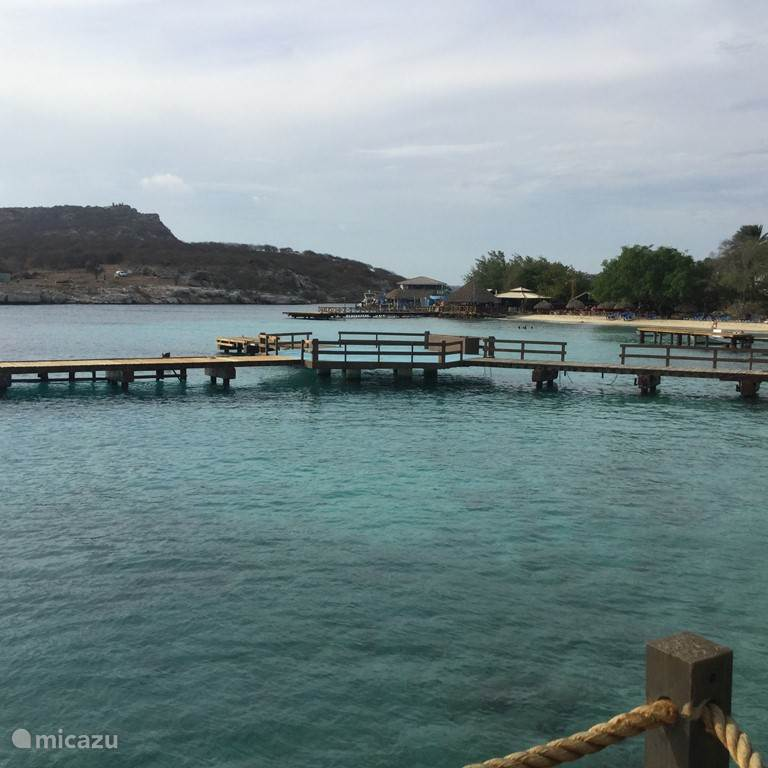 Dit is de ingang vanuit zee naar piscaderabay. Recht vooruit ziet U het strand van het reastaurant Pirate Bay de steigers vooraan zijn van het Hilton Hotel.