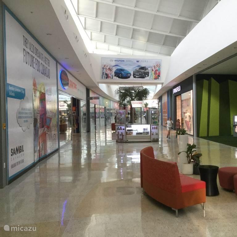 Op 10 minuten rijden is de shopping Mall Sambil In deze mall zijn velerlei winkels, restaurants en bioscopen aanwezig. De Mall is airconditioned