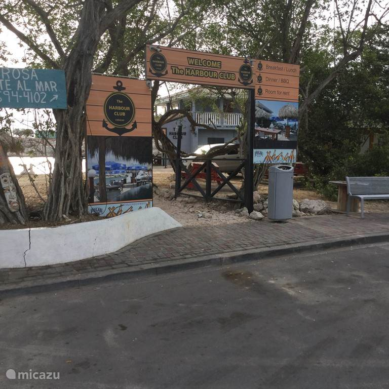 Dit visrestaurant ligt aan Piscaderabay. Je kunt er alleen eten.