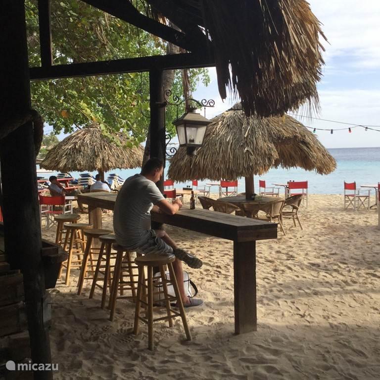 Hier het strand van het reataurant Pirate Bay. In dit restaurant kan je heerlijk zonnen zwemmen en eten. Als tijdelijke bewoner van ons resort heeft U gratis toegang.