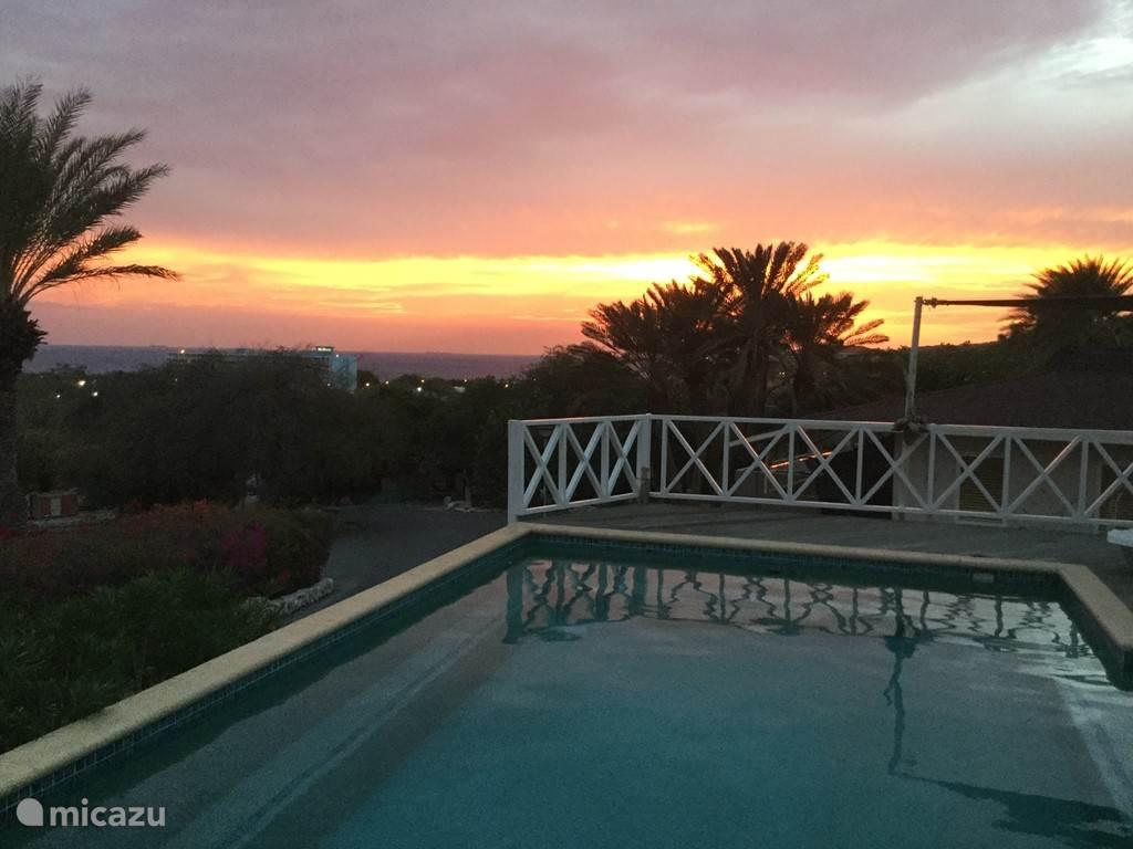 De zonsondergang blijft elke avond een belevenis vanuit de porch (terras) van ons huis.