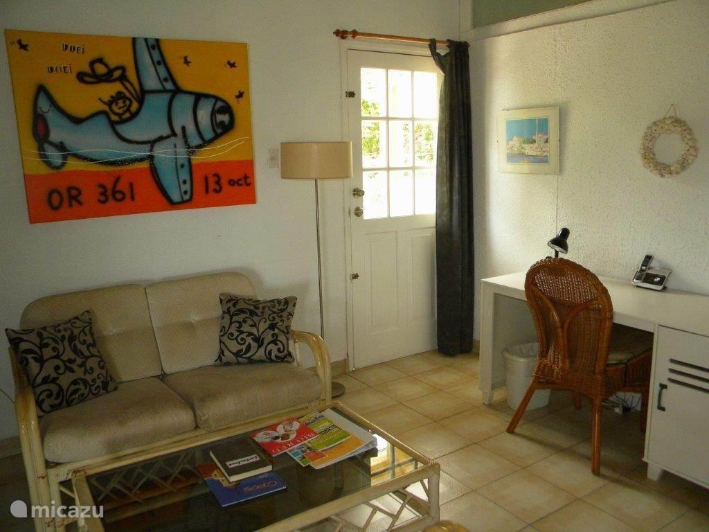 De zithoek en het bureau in de woonkamer