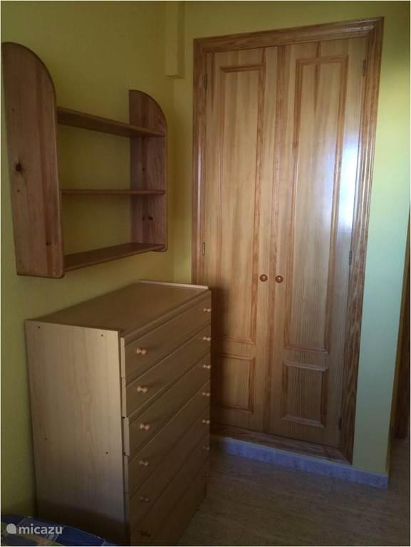 in elke slaapkamer is meer dan voldoende opbergruimte met de ingebouwde kasten