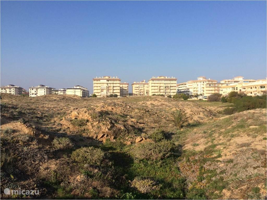 zicht van op het nabijgelegen strand naar ons appartementsgebouw