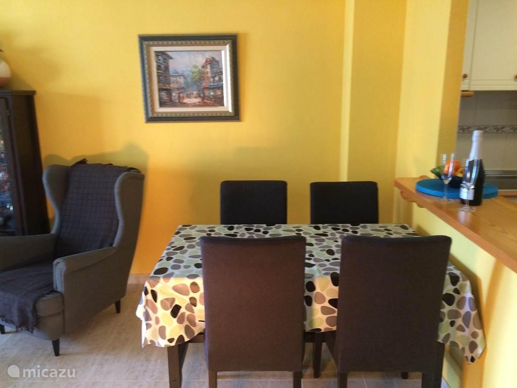 gezellig tafelen kan natuurlijk ook in het appartement