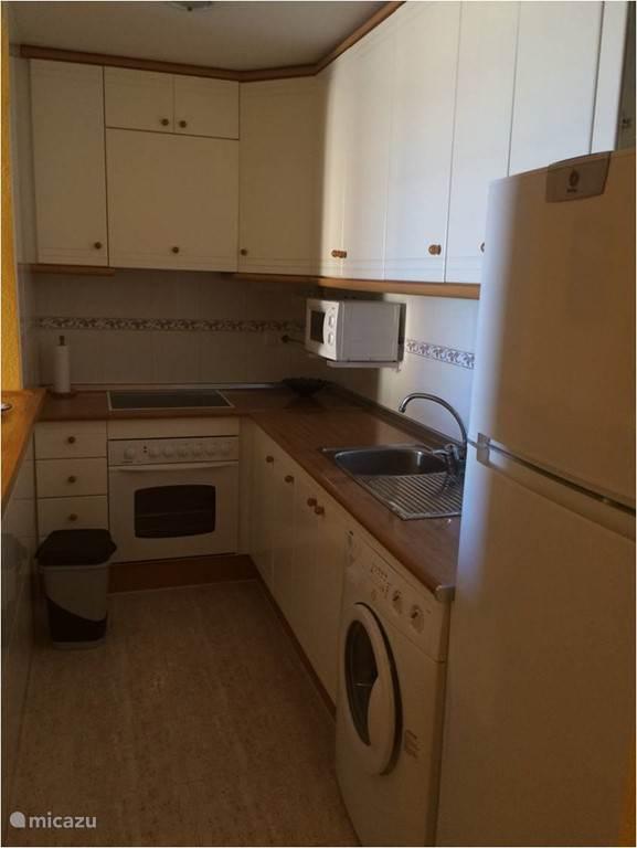 De open keuken voorzien van volledig nieuw kookgerei.