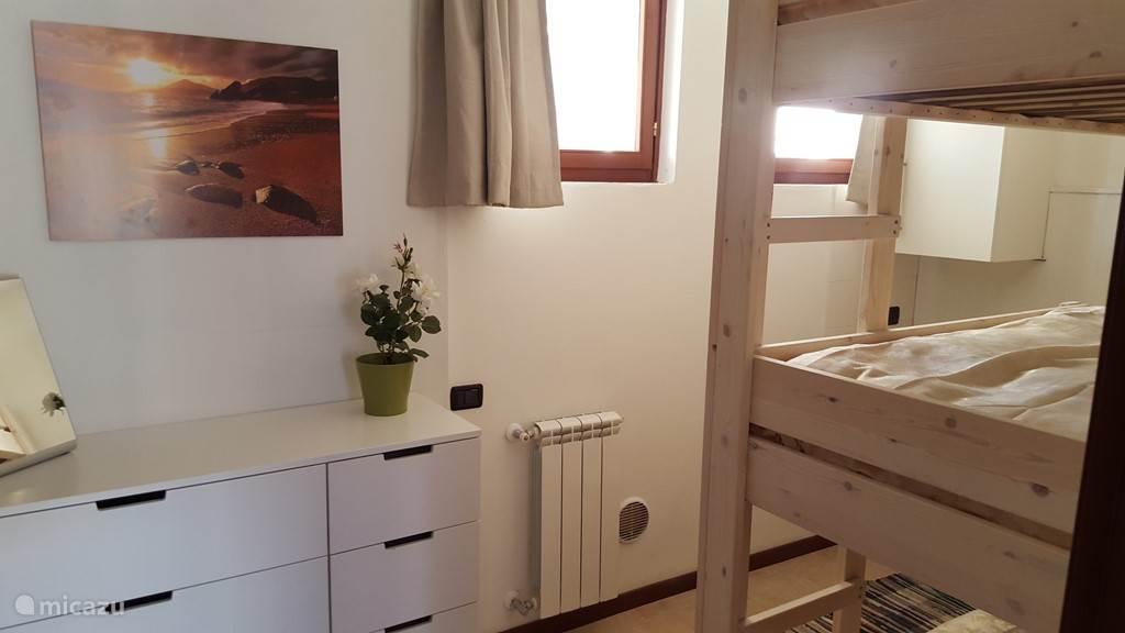 Slaapkamer met 3-persoons stapelbed