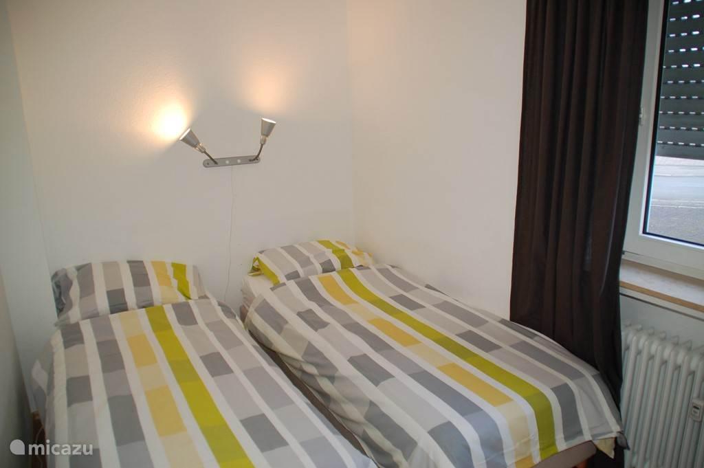 Slaapkamer met 2 1-persoonsboxspringbedden