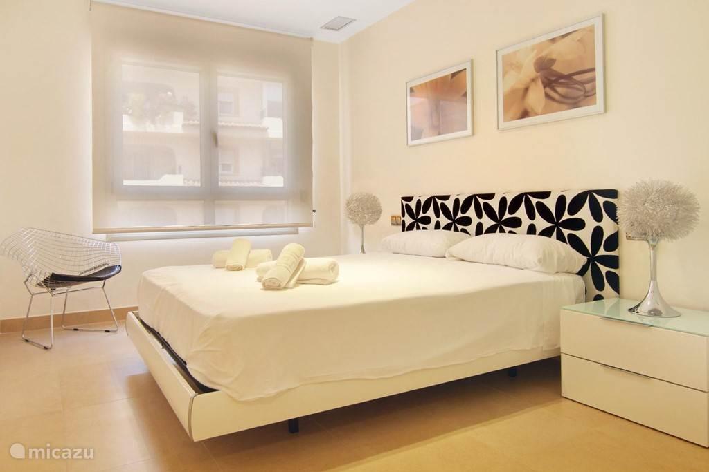 de ruime slaapkamer