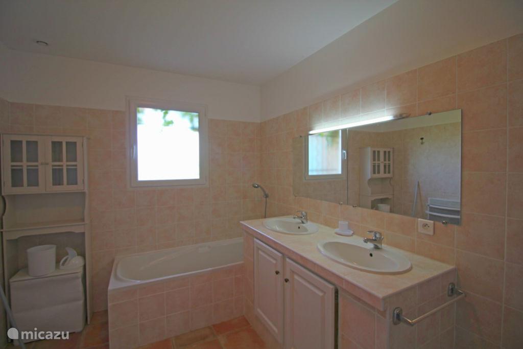 Eén van de drie badkamers