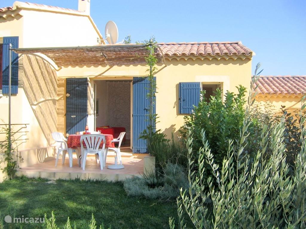 Elke gîte heeft een eigen terras en tuin met uitzicht op de omgeving.