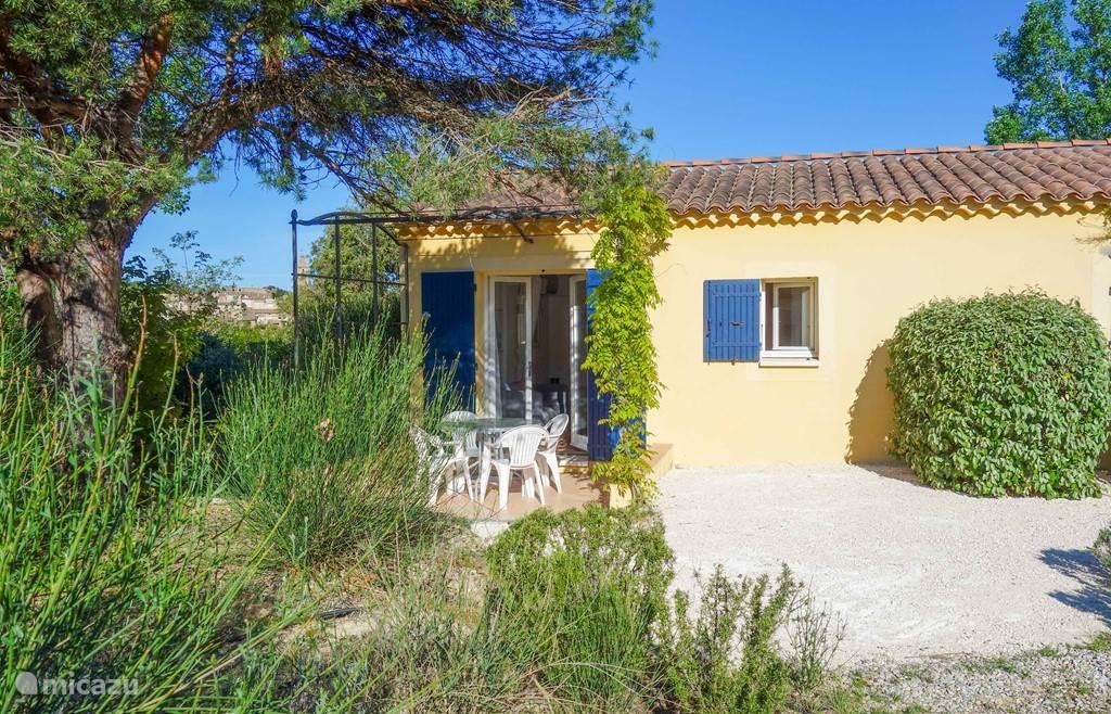 Eigen terras en tuin met zicht op de Mont Ventoux en de wijngaarden.