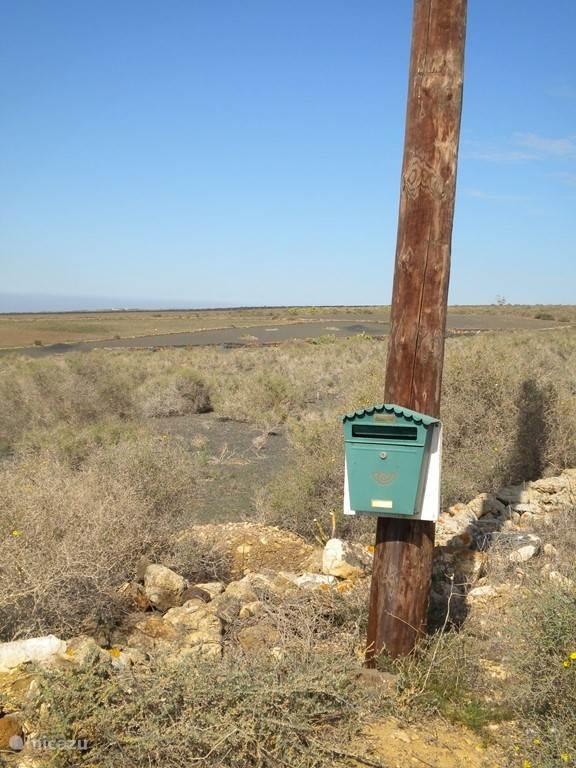 Bij de brievenbus het onverharde pad op