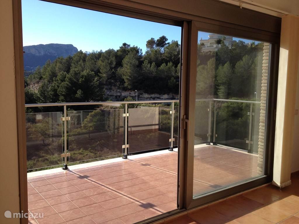 Uitzicht met groot terras vanop de bovenste slaapkamer