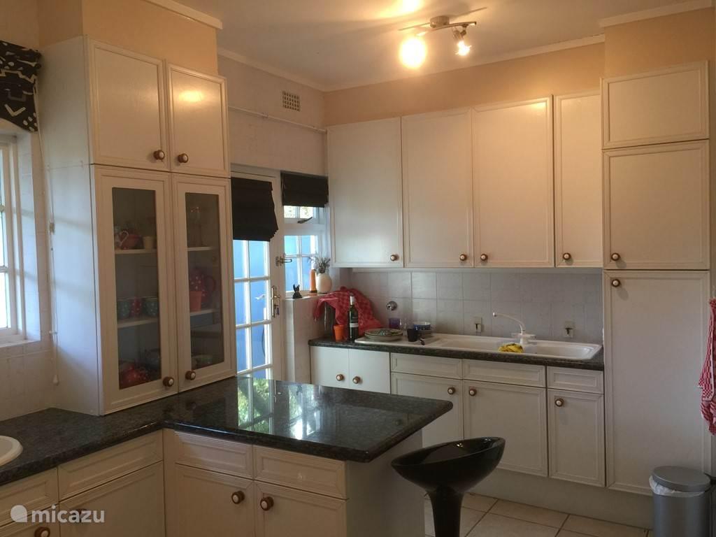 De keuken - de spoel- en eilandzijde