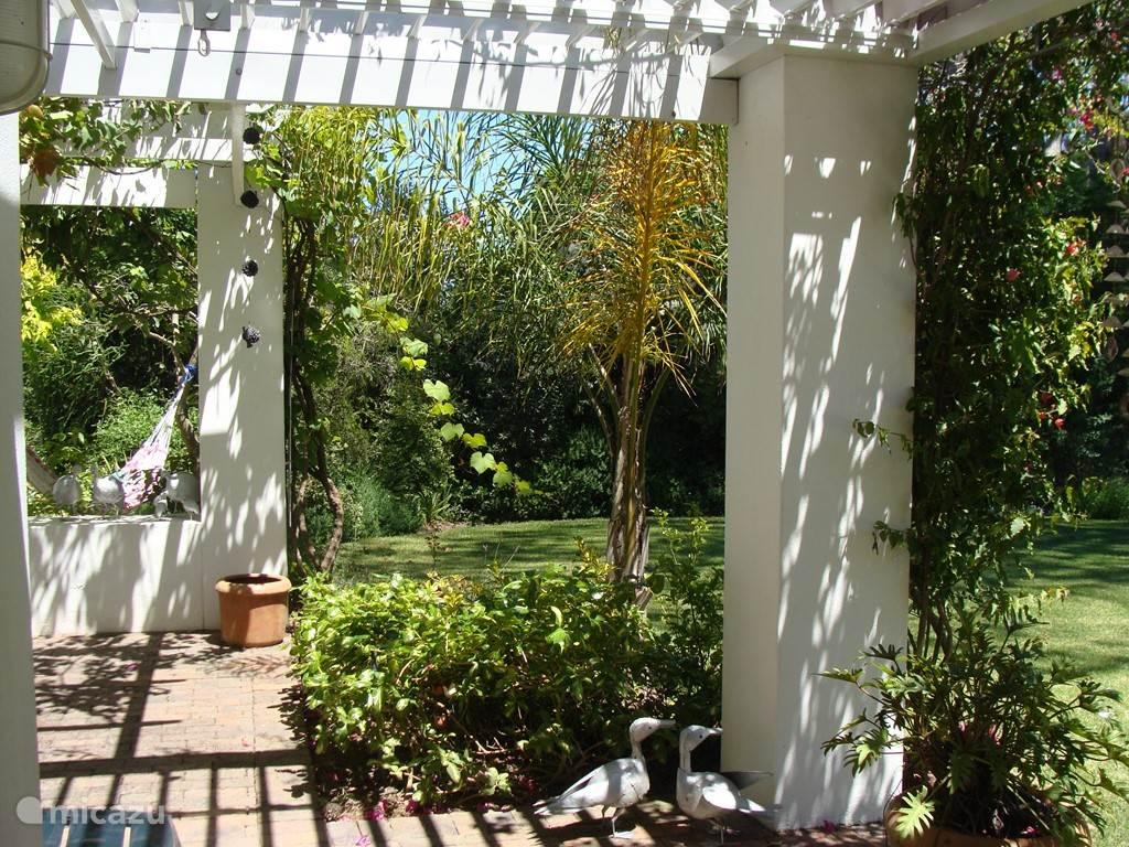 De tuin vanaf het terras