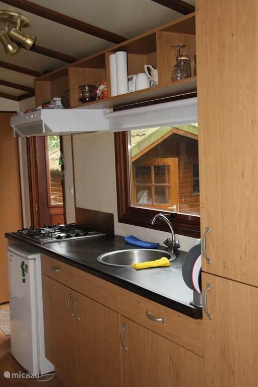 Keuken met afzuigkap en ijskast
