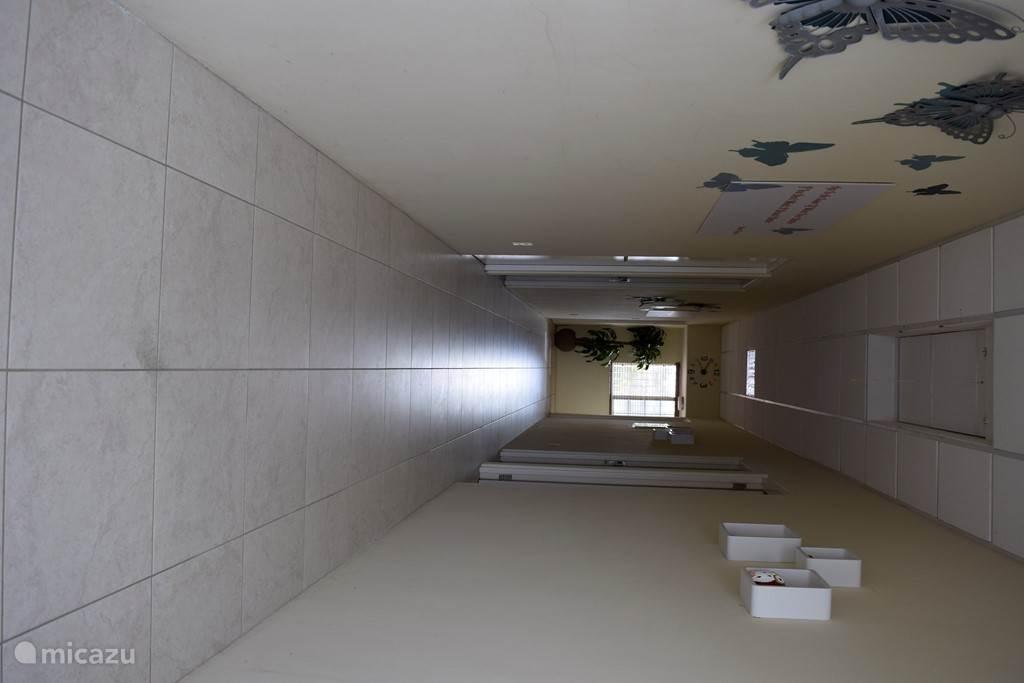 Gang op de bovenverdieping waar zich 8 kamers bevinden...