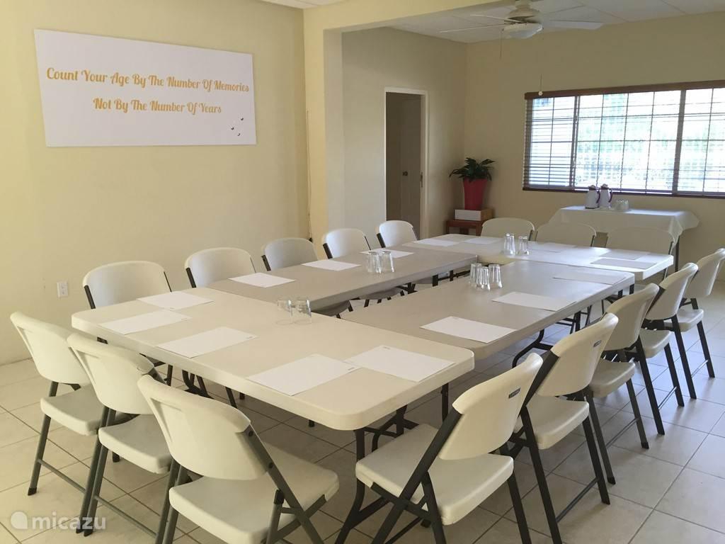 Onze vergader/conferentie die tevens dienst kan doen als eetgelegenheid bij verhuur aan grote groepen.
