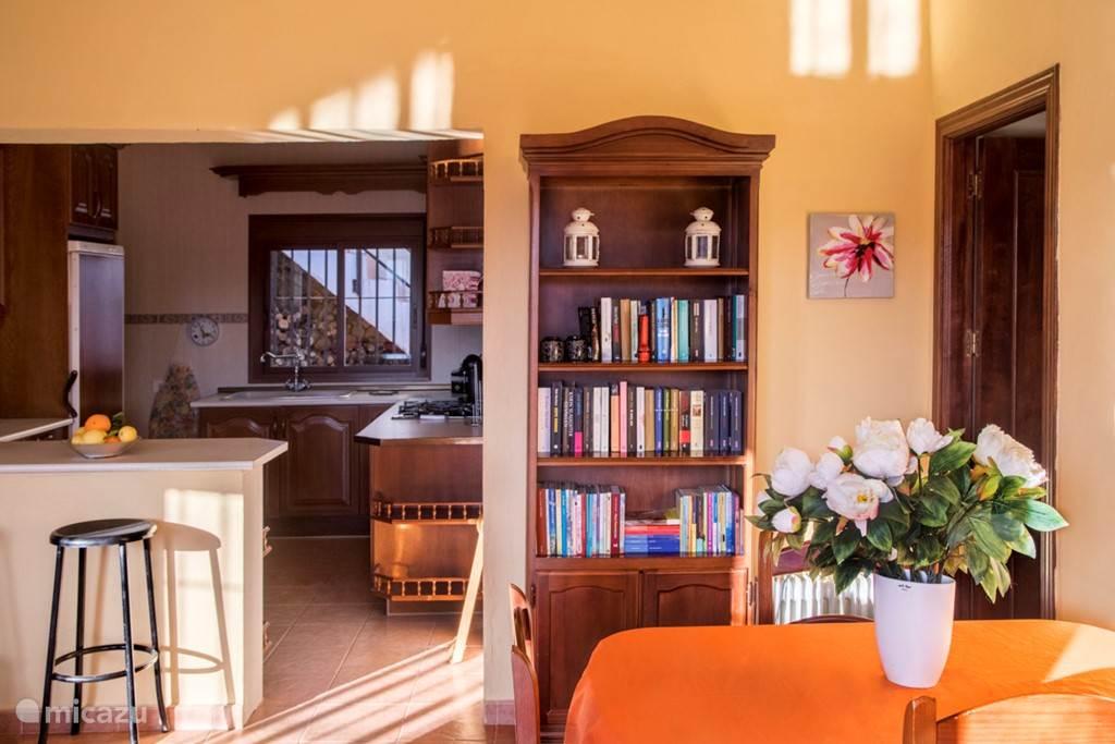De boekenkast met allerlei soorten boeken en onderin de kast verschillende gezelschapsspellen.