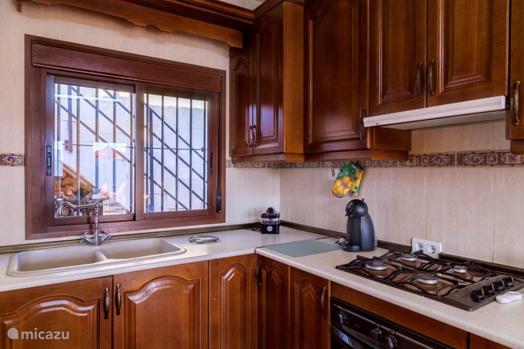 De keuken van Casa Vaver: koelkast, vrieskast, gastoestel, mixer, koffiezetapparaat, citruspers en natuurlijk voldoende pannen, schalen servies en bestek.