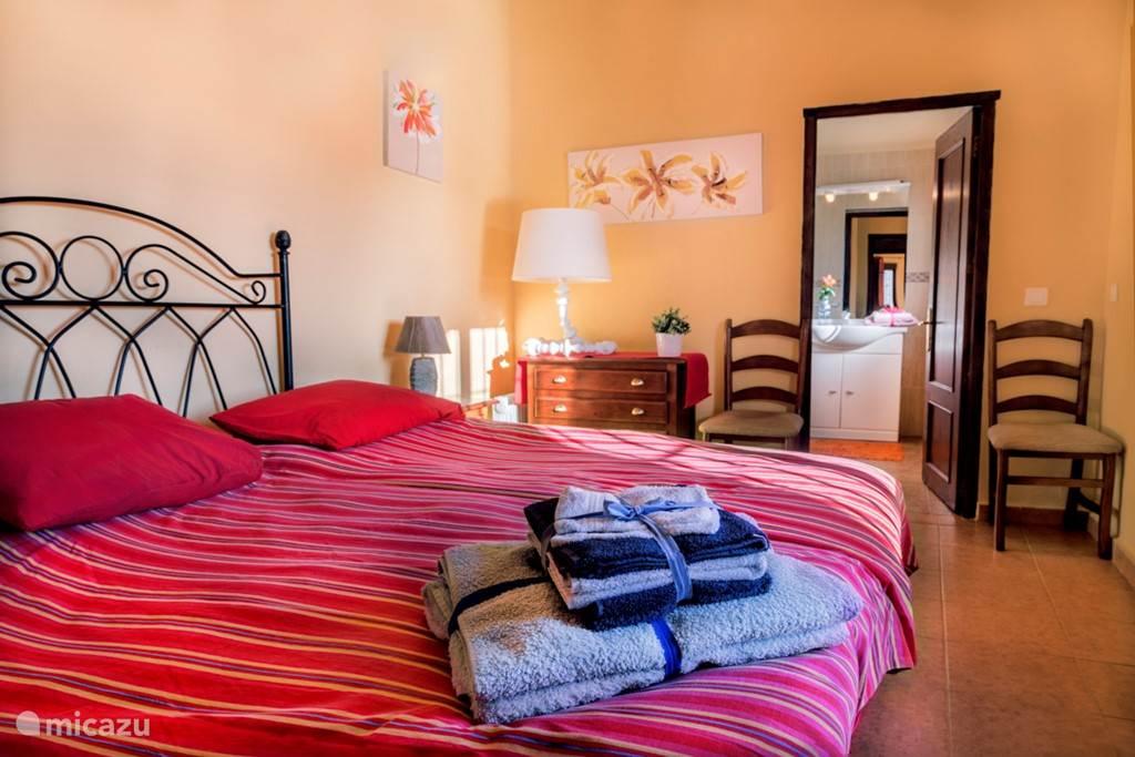 De ouderslaapkamer met de twee 1-persoonsbedden naast elkaar. Achter deze slaapkamer vindt u de tweede badkamer en suite met douche en wc en wastafel.