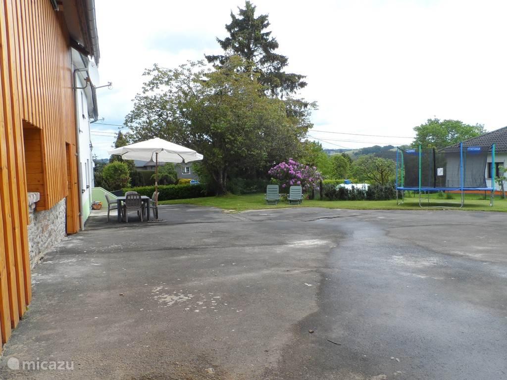de omheinde tuin met trampoline