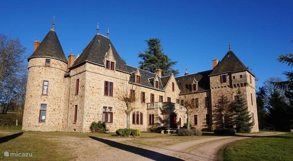 Vacation rental France, Auvergne – manor / castle Château de Bussolles