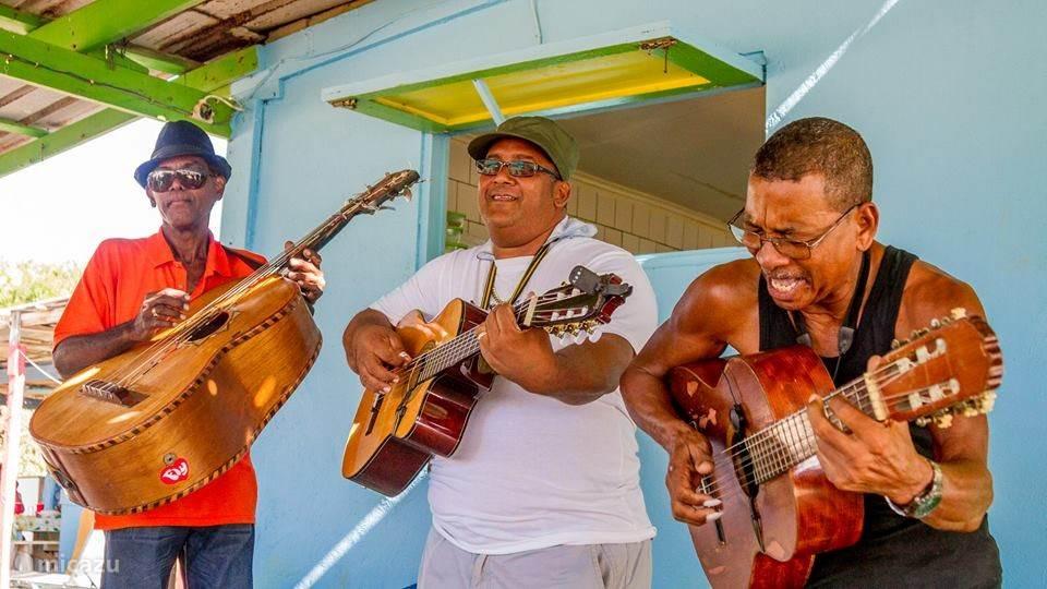 Trio Los Principes, lokale cultuur bij Lac Kaai op zondagen