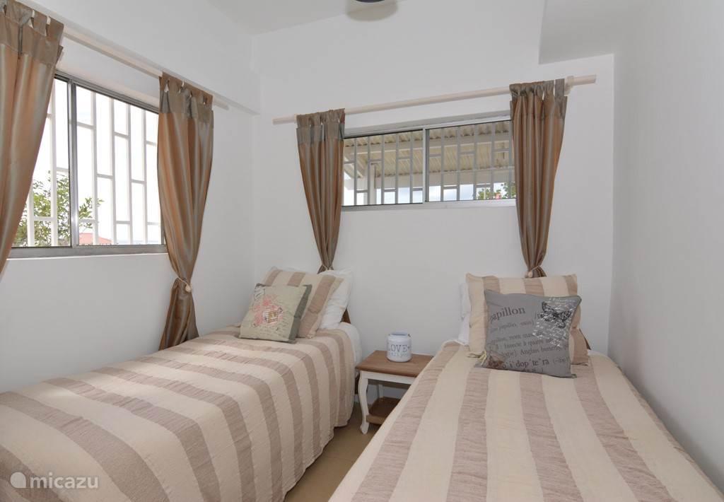 De tweede slaapkamer met de mogelijkheid om de bedden tegen elkaar aan te zetten