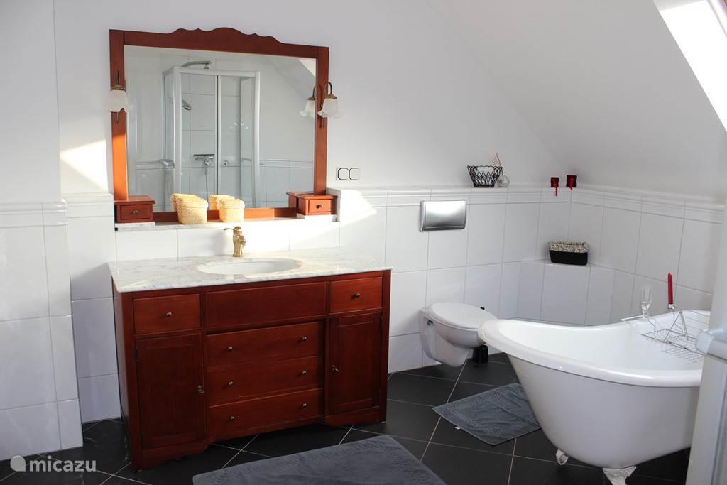 badkamer met douche en vrijstaand bad