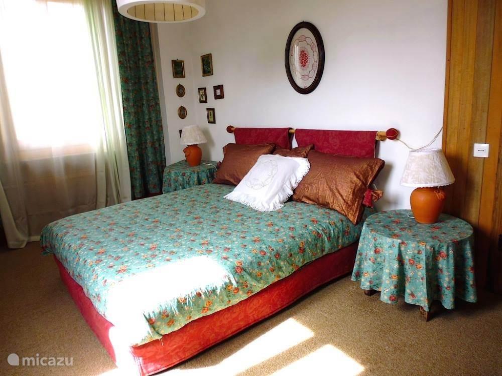 slaapkamer met 2-persoons bed