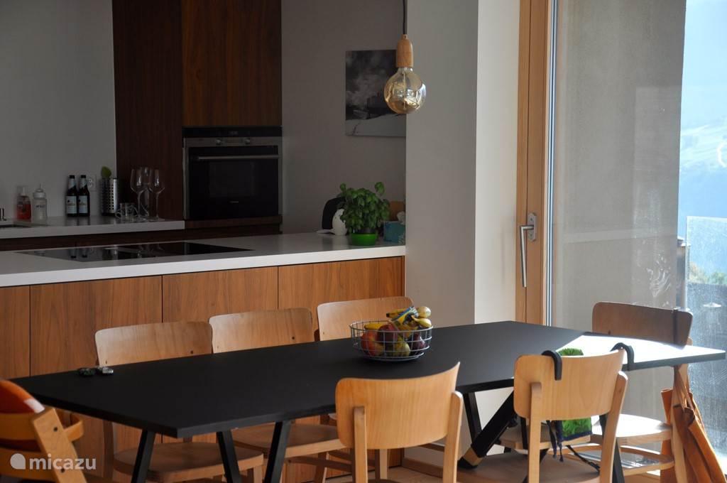 Eetkamer met open keuken