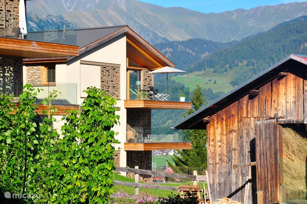 Vooraanzicht design dakappartement binnen authentiek bergdorp