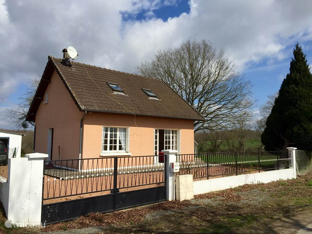 Vacation rental France, Burgundy, Montambert holiday house L'Arc-en-Ciel