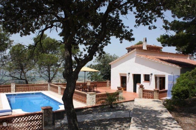 Het zwembad is gelegen aan de zijkant van het huis