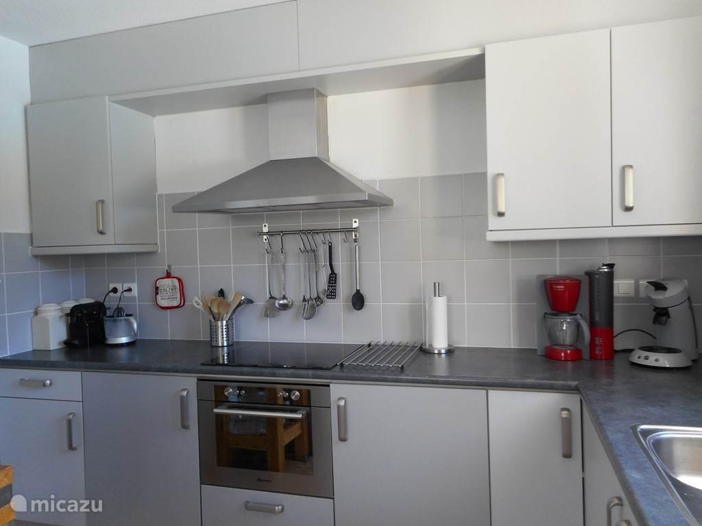 royale moderne keuken met grote koelkast en aparte vriezer, vaatwasser, keramische kookplaat, oven/magnetron/grill, Senseo, Nespresso etc.
