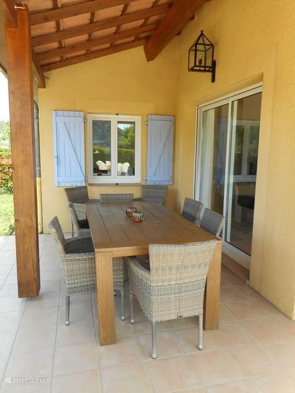opzij van de woning staat (overkapt) een lekkere grote eettafel met 8 stoelen