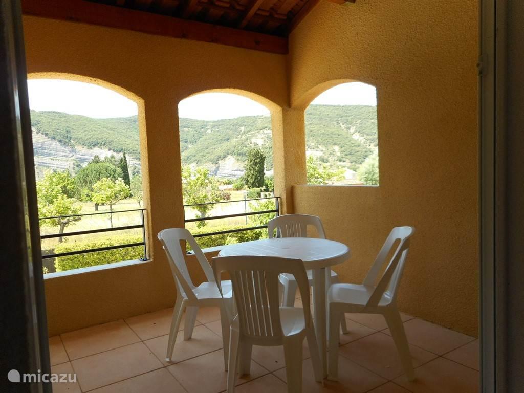 het inpandige balkon met mooi uitzicht op de bergen