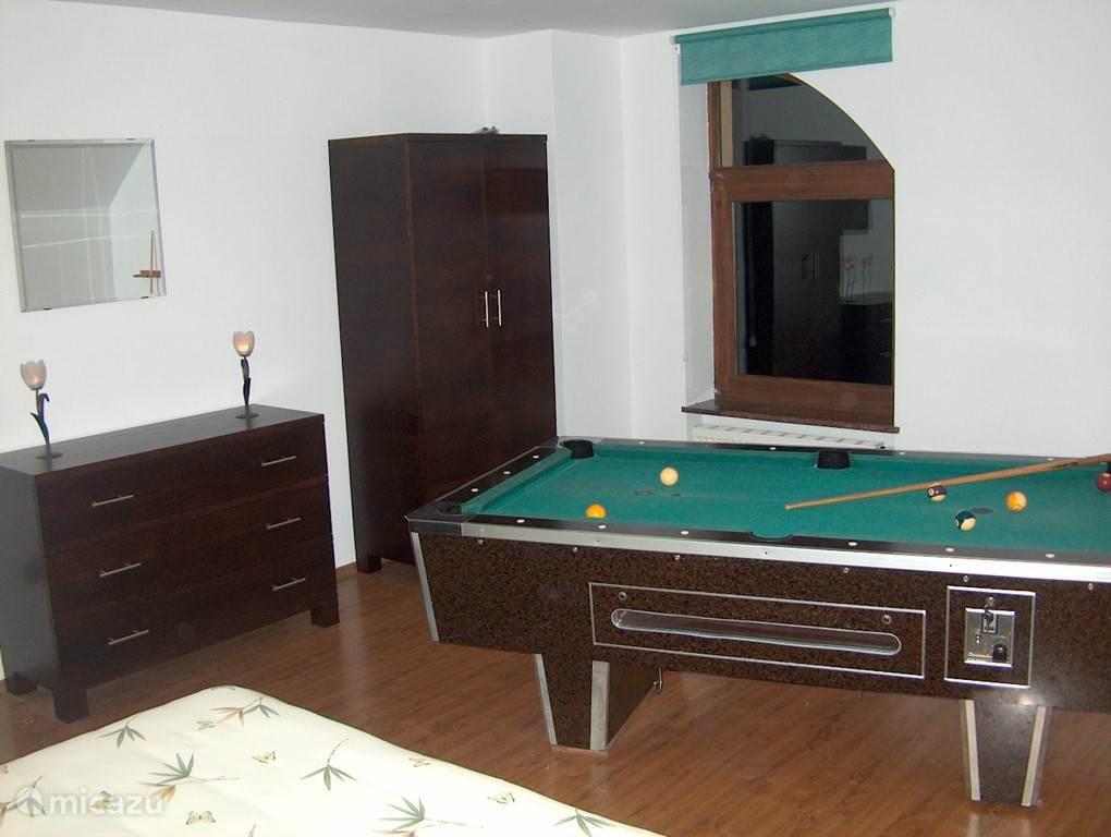 Naast de oranje kamer ligt de biljart/slaapkamer. Het bed is vergelijkbaar aan het bed van de slaapkamer op de begane grond.