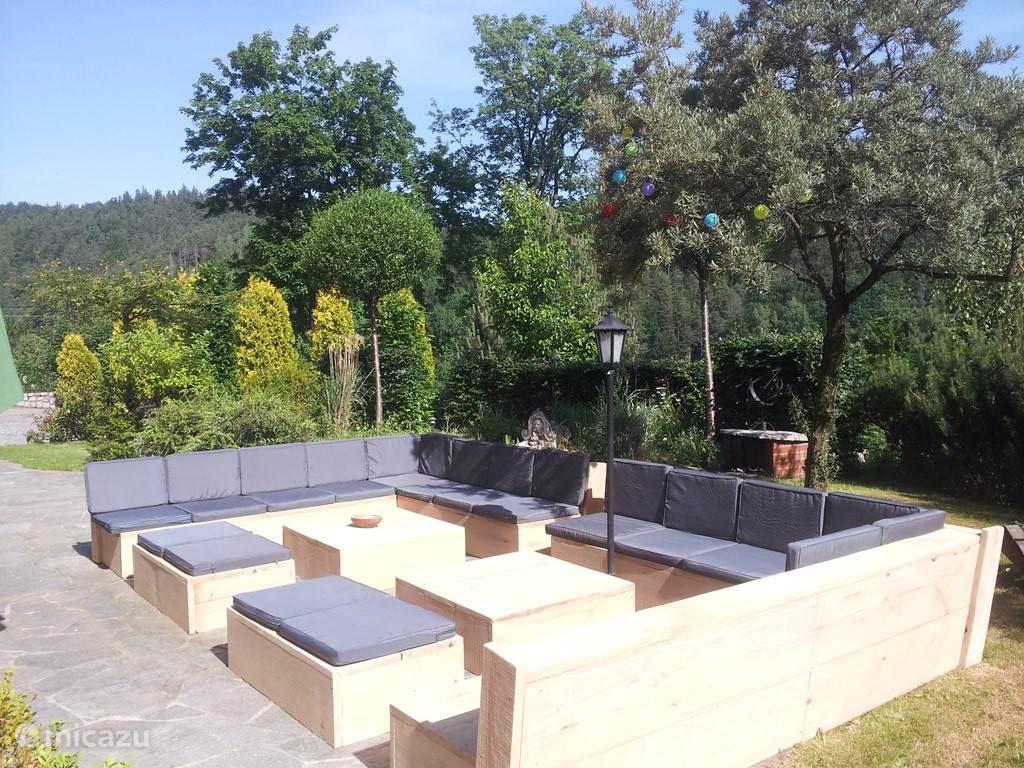 Deze lounge-set hebben we in 2015 gemaakt. Inmiddels staat hij op zijn definitieve plek in de gerenoveerde tuin. U heeft vanaf de lounge-set een prachtige uitzicht over de vallei!