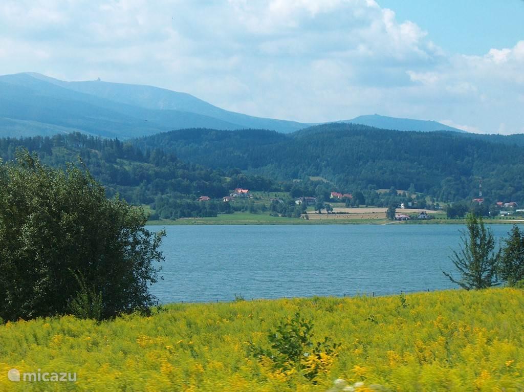 Ook onderaan de berg, wanneer u richting Milków en Karpacz rijdt, vindt u dit drinkwaterbassin. U mag er niet in zwemmen of recreëren.... maar ernaar kijken mag gelukkig wel!