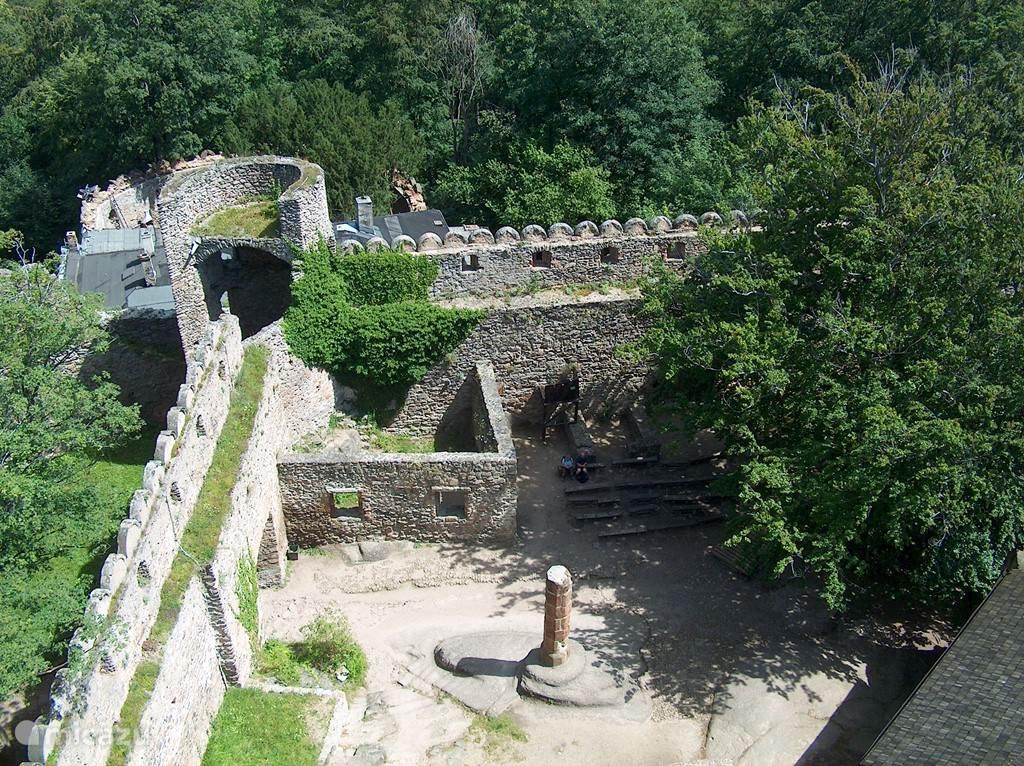 Op nog geen 5 km van huis ligt Zamek Chojnik, een ruïne uit de 17e eeuw. Vanaf de toren kijkt u heel mooi over het dal waarin Jelenia Góra ligt.