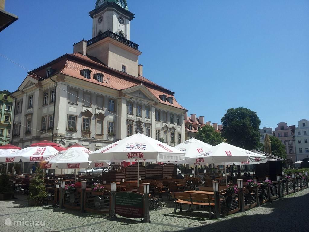 Winkelen is ook altijd leuk op vakantie, ook in Jelenia Góra. U vindt heel veel kleine en grote winkeltjes maar ook hypermoderne shoppingmalls. De Tesco is 7 dagen per week 24 uur per dag geopend en tussen de bedrijven door kunt u heerlijk genieten op een terrasje zoals hier op het Raadhuisplein.