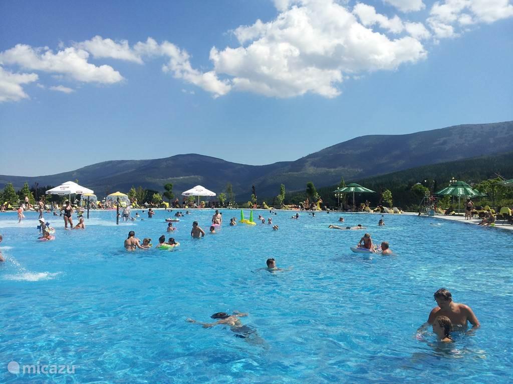 Dit aquapark in het grootste hotel in Karpacz is altijd een hit, want naast dit heerlijke buitenbad beschikt men ook over prachtige faciliteiten binnen: diverse zwem- en bubbelbaden, golfslagbad, sauna's, zout- en ijsgrot, gym, gamehal, indoor voetbal en een nightclub!